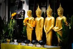 Statue diritte dorate di Buddha in una fila Immagini Stock Libere da Diritti