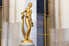 Statue dorée d'une femme nue Paris, France Images libres de droits