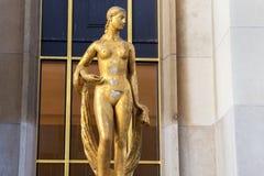 Statue dorée d'une femme nue Paris, France Image libre de droits