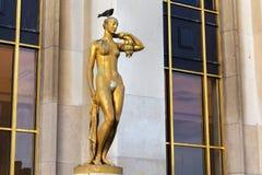 Statue dorée d'une femme nue Paris, France Images stock
