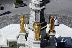 Statue dorate dell'angelo sulla fontana davanti alla cattedrale a Zagabria Immagini Stock Libere da Diritti