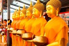 Statue dorate di Buddha al tempio in Tailandia immagini stock