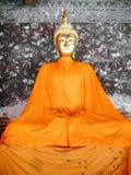 Statue dorate di Buddha in una fila dentro il corridoio del tempio di Wat Suthat immagini stock
