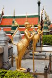 Statue dorate di un kinnara in Wat Phra Kaew, Bangkok fotografia stock