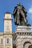 Statue du Général Klapka et hôtel de ville de Komarno Image libre de droits