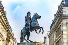 Statue du Roi Louis XIV en Victory Square à Paris photo stock