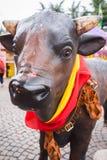 Statue du ` s de Taureau avec un drapeau espagnol Photographie stock libre de droits