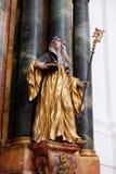 Statue du saint, autel dans l'église collégiale à Salzbourg Photographie stock libre de droits