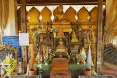 Statue ed altare di Buddha in una piccola cappella accanto al Pha che stupa di Luang a Vientiane, Laos Fotografia Stock