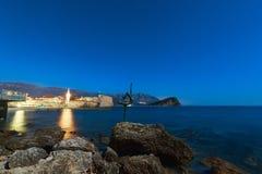Statue einer Ballerina auf dem Strand in Budva, Montenegro Nacht p Lizenzfreie Stockfotos