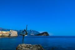 Statue einer Ballerina auf dem Strand in Budva, Montenegro Nacht p Stockfotografie