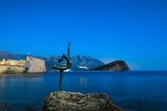 Statue einer Ballerina auf dem Strand in Budva, Montenegro Nacht p Stockfoto