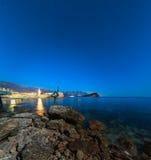 Statue einer Ballerina auf dem Strand in Budva, Montenegro Nacht p Lizenzfreies Stockfoto