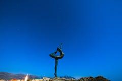 Statue einer Ballerina auf dem Strand in Budva, Montenegro Nacht p Stockbild