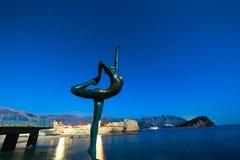 Statue einer Ballerina auf dem Strand in Budva, Montenegro Nacht p Stockbilder