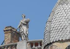Statue einer Frau, der Göttin mit einem Kranz und der Ohren des Weizens stockbilder