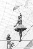 Statue einer Frau, die auf einem dünnen Seil balanciert Stockbild