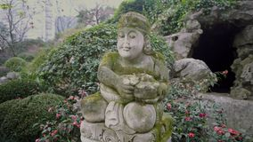 Statue einer Frau in einem chinesischen Park stock footage