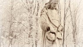 Statue einer Frau in einem Kirchhoffall Lizenzfreie Stockbilder