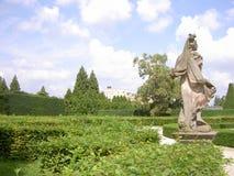 Statue einer Frau oder des Mannes in einem Schlosspark, in Hintergrund Lednice-Schloss, Tschechische Republik lizenzfreie stockfotos