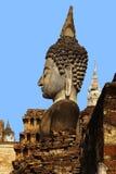 Statue einer Gottheit im historischen Park Sukhothai. Stockfotos