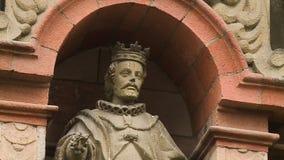 Statue einer Mann-tragenden Krone stock video footage