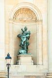 Statue in einer Nische des königlichen Palastes. Lizenzfreie Stockbilder