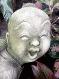 Statue eines alten lächelnden Jungen lizenzfreies stockfoto