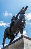 Statue eines amerikanischen Ureinwohners auf einem Pferd Lizenzfreie Stockbilder