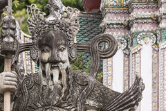 Statue eines chinesischen Kriegers nahe einem Eingang von Wat Pho Wat Pho Stockbilder