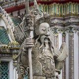 Statue eines chinesischen Kriegers nahe einem Eingang von Wat Pho Wat Pho Lizenzfreies Stockfoto