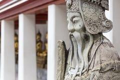 Statue eines chinesischen Kriegers nahe einem Eingang von Wat Pho Wat Pho Stockfotografie