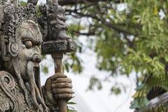Statue eines chinesischen Kriegers nahe einem Eingang von Wat Pho Wat Pho Lizenzfreie Stockfotos