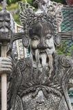 Statue eines chinesischen Kriegers nahe einem Eingang von Wat Pho Wat Pho Stockfoto