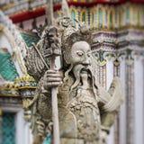 Statue eines chinesischen Kriegers nahe einem Eingang von Wat Pho Wat Pho Stockfotos