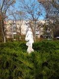 Statue eines einsamen Mädchens, das Trauben hält Stockfoto