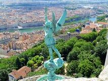 Statue eines Engels über Lyon, Frankreich Stockbilder