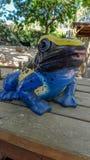 Statue eines Frosches in den Farben lizenzfreie stockbilder