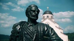 Statue eines Helden vor der orthodoxen Kirche stock video footage