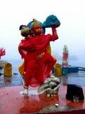 Statue eines hindischen Gottes bei großartigem Bassin Stockbilder