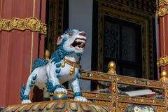 Statue eines Hundes in einem buddhistischen Tempel Stockfotografie