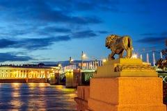 Statue eines Löwes am Admiralitäts-Damm Stockfotos