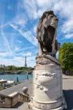 Statue eines Löwes an der Brücke von Alexander III. in Paris Lizenzfreie Stockfotografie