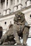 Statue eines Löwes mit einem Schild am Eingang von Hofburg-Palast Heldenplatz, Wien, Österreich Lizenzfreie Stockbilder
