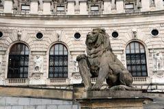 Statue eines Löwes mit einem Schild am Eingang von Hofburg-Palast, Wien, Österreich Stockfotos