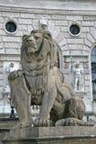 Statue eines Löwes mit einem Schild, Hofburg-Palast, Wien, Österreich Stockfotografie