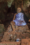 Statue eines Mönchs in einem Höhlentempel in Thailand Lizenzfreie Stockfotos