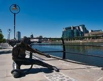Statue eines Mannes mit einem Seil auf dem Riverbank lizenzfreies stockfoto