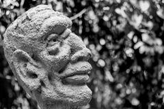 Statue eines Mannes umgeben durch einige Gedanken und Ablenkungen lizenzfreies stockbild
