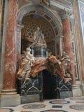 Statue eines Papstes in der Basilika von St Peter in der Vatikanstadt lizenzfreie stockfotografie